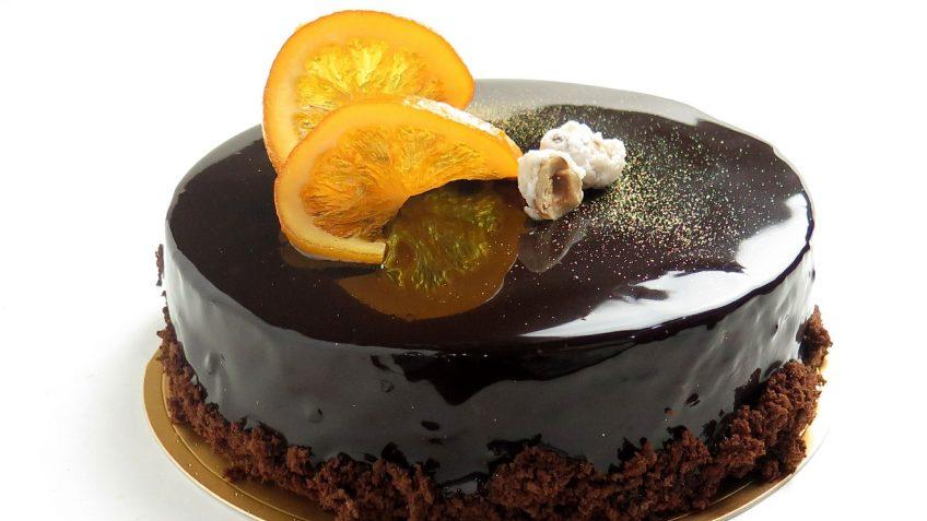 Gâteau moelleux noisettes et orange, glaçage chocolat